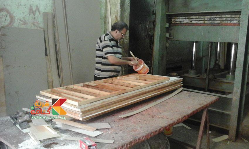 وضع الغراء لتجهيز الخشب للمكبس
